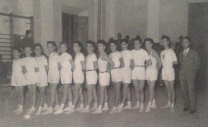 Cesena, 1954 - L'istruttore Cav. Roberto Nori, grande animatore della ginnastica artistica, con una squadra dell'U.S. Renato Serra