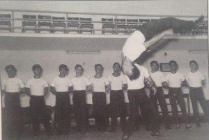 Roma, 1956 - allenamento collegiale nazionale. Pierluigi Consalici esegue un salto indietro. Fra i convocati anche Mario Pieri (il secondo da sinistra)