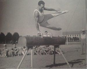 Cesena, agosto 1951 - Ippodromo coumnale. Giuseppe Comandini al cavallo con maniglie