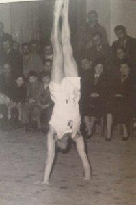 Cesena - Palestra Liceo Classico. Elio Bartolini in una verticale a terra